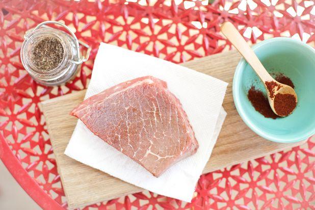 ошибки в приготовлении стейка на гриле: готовка мокрого мяса