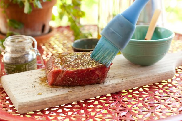 ошибки в приготовлении стейка на гриле: слишком много масла