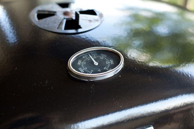 ошибки в приготовлении стейка на гриле: использование только высокой температуры и прямого огня