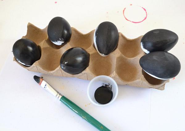 Окрашиваем яйца в черный. В два слоя.