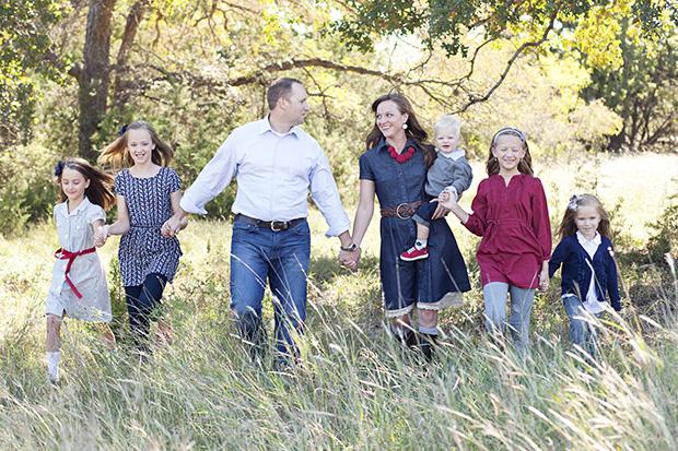 семейный портретный снимок в движении
