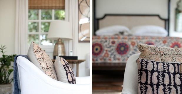 для объединения пространства взяты сочные персиковые полутона: картина на стене, пара столиков, большая подушка под поясницу на софе, малые акцентные подушки на креслах и покрывало на постели: все элементы разделяют схожий оттенок
