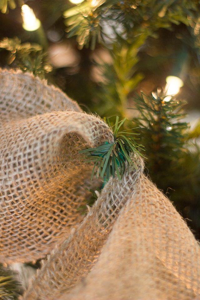 Также можно вот таким образом использовать сгибающиеся ветки искусственной елки, чтобы маскировать проволоку