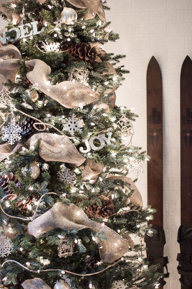 Как грамотно украсить елку ленточными гирляндами