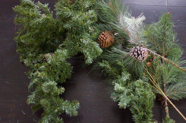 На эти куски повязываем отдельные зеленые ветки для заполнения прогалин на елке