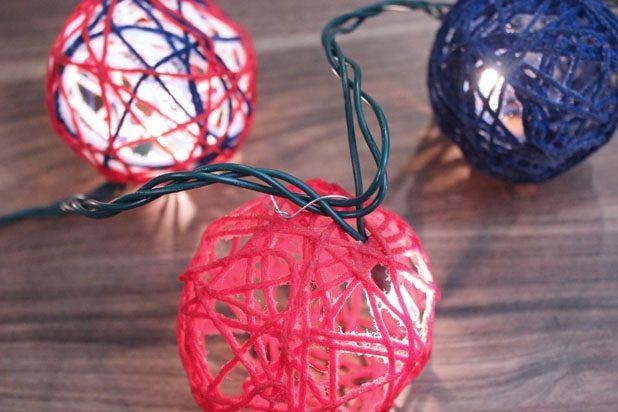 Ищем в каждом готовом нитяном шаре отверстие достаточно широкое, чтобы в него пролезла лампочка со светодиодной гирлянды