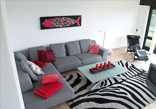 Если используете красный, как акцент, пусть детали этого цвета пройдут речитативом через весь ваш дом/квартиру