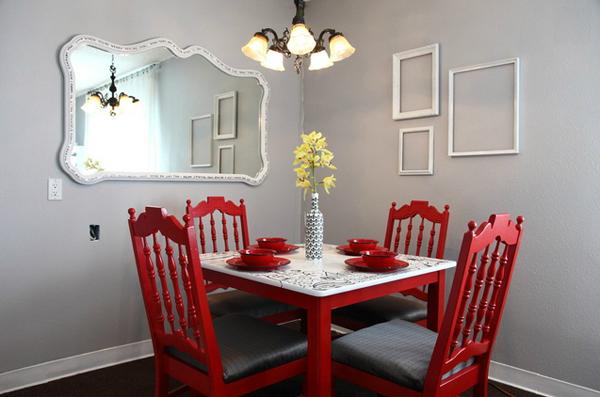 красные стулья вокруг обеденного стола