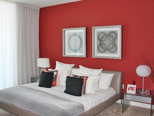 Одна красная стена в спальне