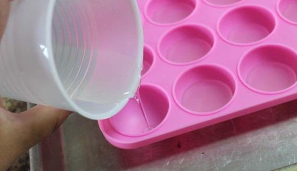 Небольшое количество резины в жидком виде залейте в каждое углубление в силиконовой формочке