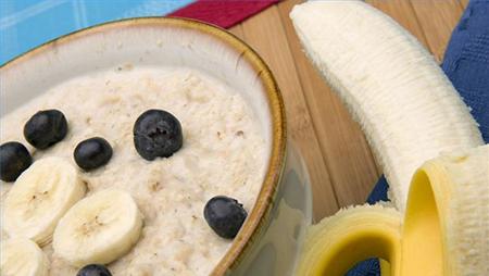 Подогреть миску цельнозерной каши на завтрак, «приправить» ее кусочками фруктов и натуральными подсластителями – это почти так же быстро, как и схватить пончик