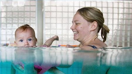 плаванию лучше обучать детей именно родителям