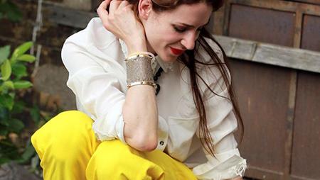 Посмотрите на снимок: актрису Джулию Малик (Julia Malik) сложно не заметить в ее канареечных брючках!