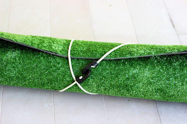 Аккуратно сверните коврик и обвяжите его шнуром банджи