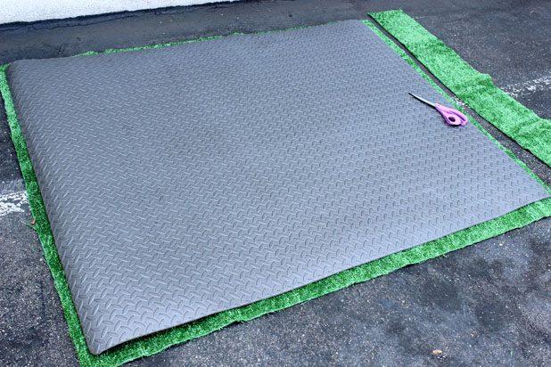 Вырежьте вашу будущую «траву» из куска, по всему периметру прибавив к отметкам 5-7,5 см