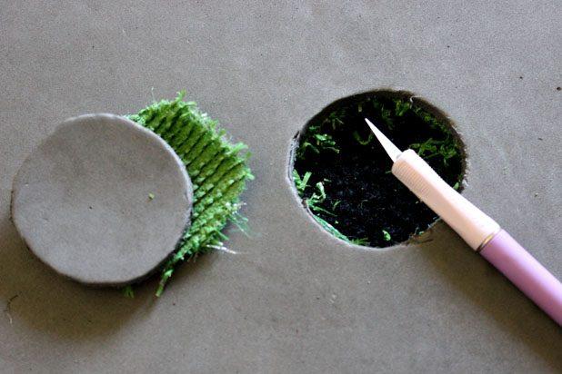 анцелярским или поделочным ножом прорезаем через 2 слоя – резину и материал – отверстие примерно 10,1-10,2 см в диаметре на расстоянии в 0,3 м от одного из меньших краев коврика