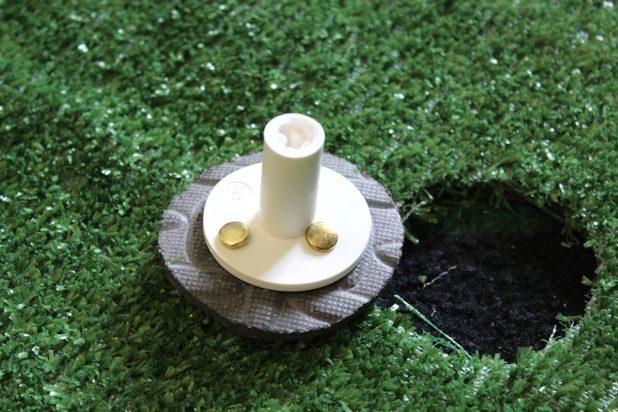 ориентируясь по меткам, прикрепите держатель для мяча к резиновому кругу декоративными гвоздями-прищепками