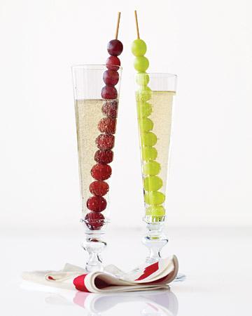 ...либо нанизайте по 12 виноградин на одну длинную шпажку