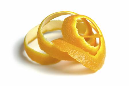 теперь нужно положить немного очищенных корок апельсина в духовку или в чистую кастрюлю с водой