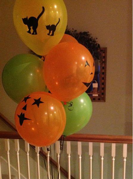 Хэллоуин украшения и декор: надувные шарики с нарисованными страшными рожицами и фигурками котов
