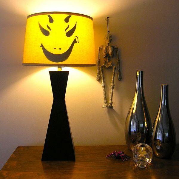 Хэллоуин украшения и декор: страшная рожа на торшере лампе