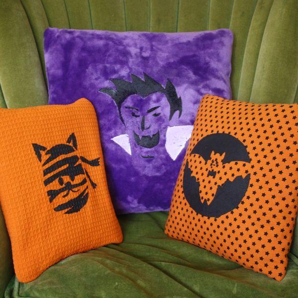 Хэллоуин украшения и декор: декоративные подушки со светящимися рожицами и фигурками на них