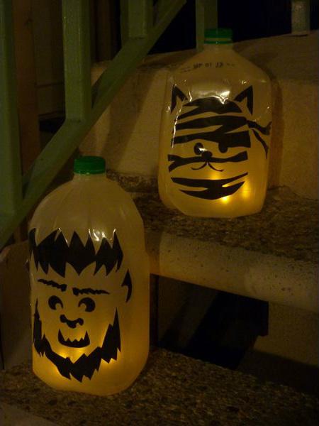 Хэллоуин украшения и декор: страшные рожицы и фигурки на пластиковых бутылках