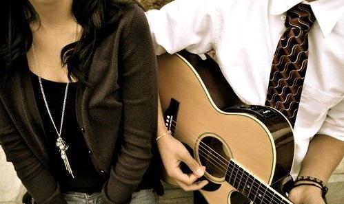 ужасные подарки для девушки: вы, завывающий под гитару любовную балладу своего сочинения, да еще и на публике