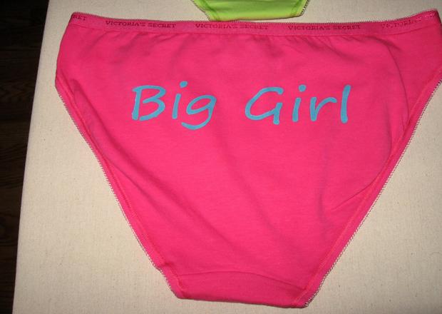 ужасные подарки для девушки: белье-«шутка» с надписью на попе «Большая девочка»