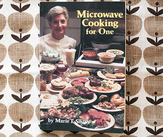 ужасные подарки для девушки: поваренные книги, апогей – «Блюда в микроволновке на одного»