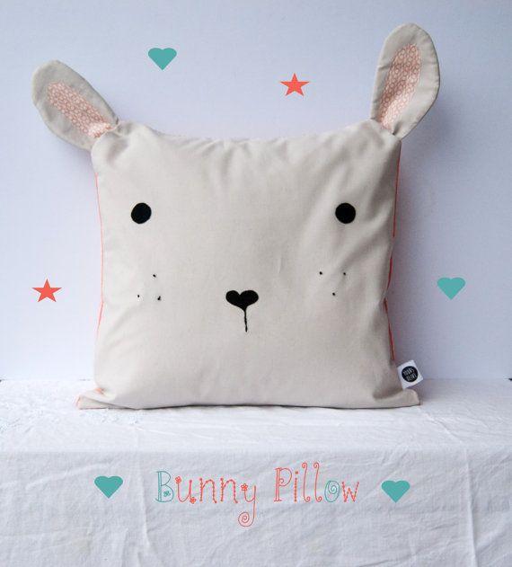 Как выглядят рукодельные подарки, интересные вашим близким: декоративные подушки и серии наволочек к ним - заяц