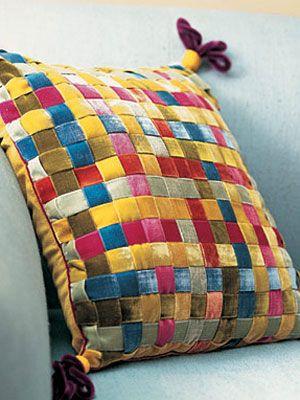 Как выглядят рукодельные подарки, интересные вашим близким: декоративные подушки и серии наволочек к ним - плетение из лент в восточном стиле