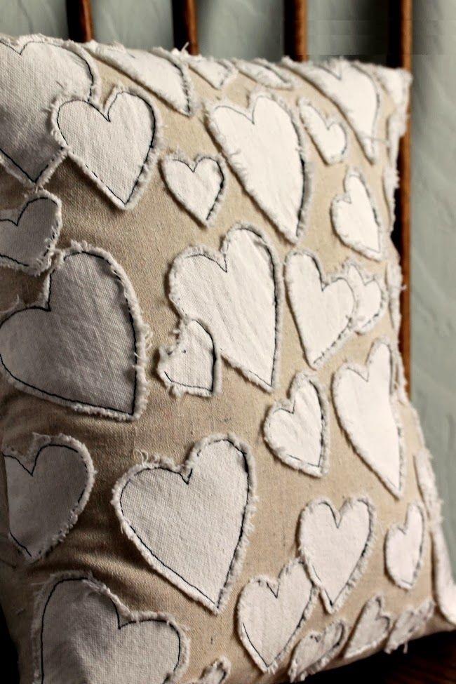 Как выглядят рукодельные подарки, интересные вашим близким: декоративные подушки и серии наволочек к ним - нашитые сердца в ретро-рустикальном стиле