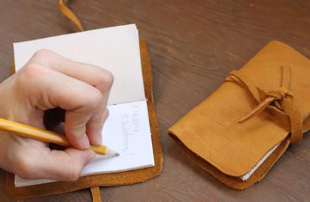 Как выглядят рукодельные подарки, интересные вашим близким: записная книжка из кожи