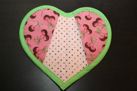 """Как выглядят рукодельные подарки, интересные вашим близким: современная прихватка в форме сердца с """"карманами"""" для пальцев"""