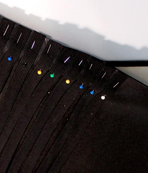 Как выглядят рукодельные подарки, интересные вашим близким: органайзер в виде книги - пришиваем резинки к плотной ткани или коже