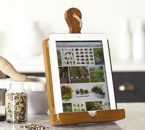 Как выглядят рукодельные подарки, интересные вашим близким: тематический держатель для книг, планшетов и бумажек с рецептами