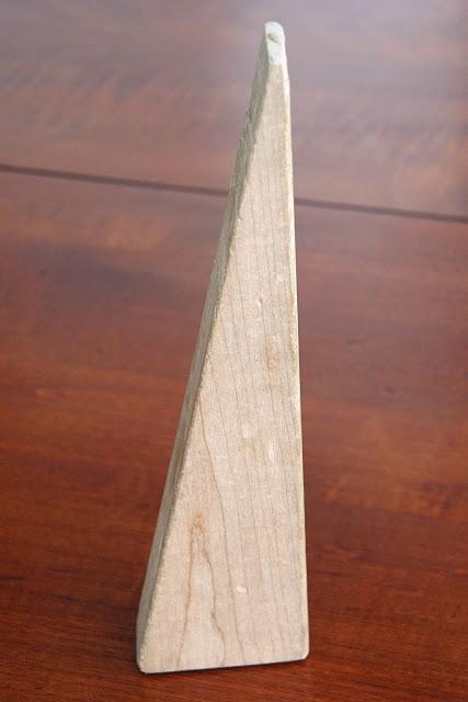 Как выглядят рукодельные подарки, интересные вашим близким: тематический держатель для книг, планшетов и бумажек с рецептами - уголок-опора в виде прямоугольного треугольника из дерева
