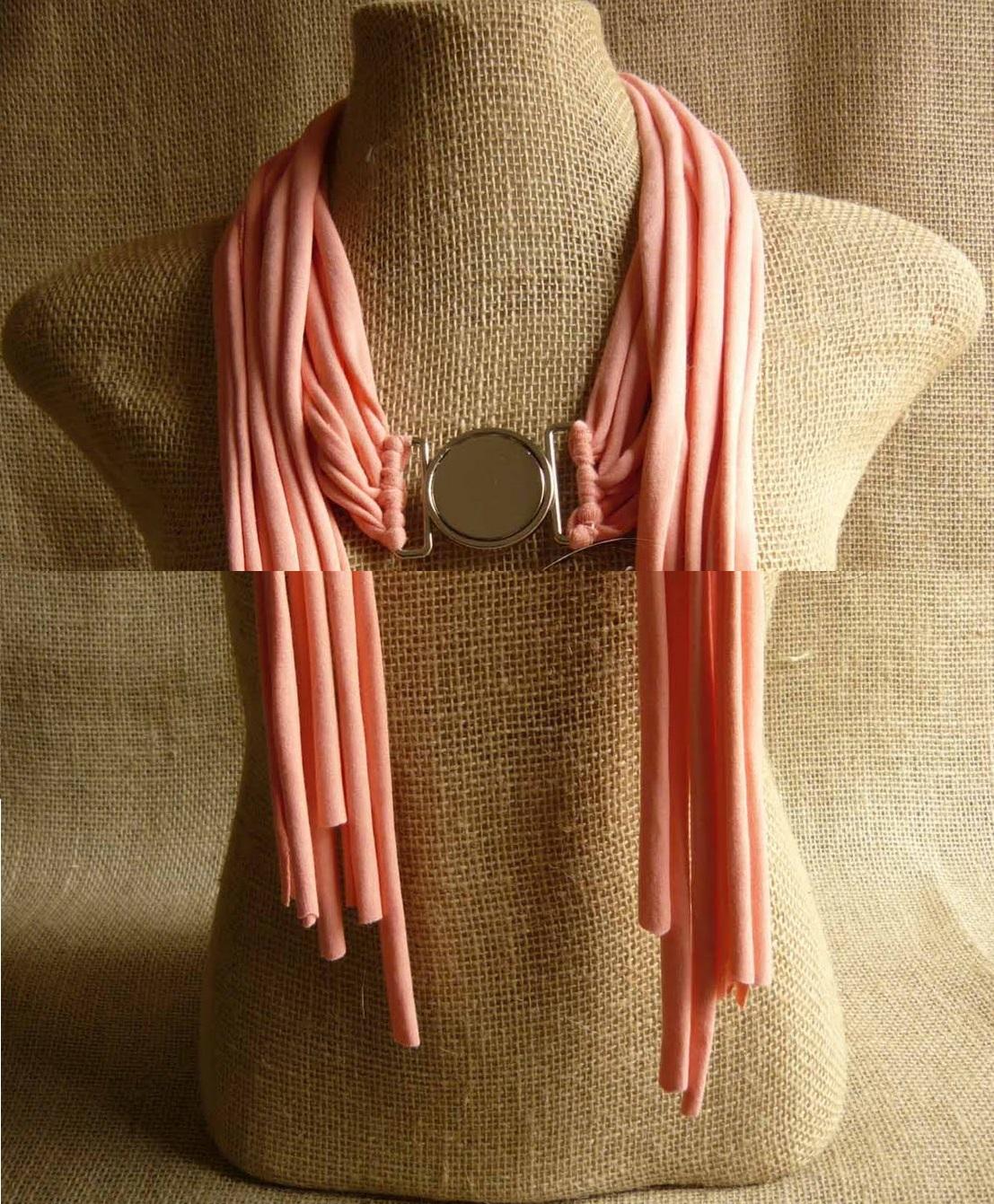 Как выглядят рукодельные подарки, интересные вашим близким: нитяные шарфы из футболок с дополнительными украшениями