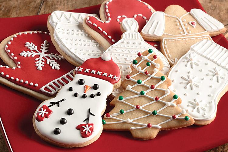 Как выглядят рукодельные подарки, интересные вашим близким: красиво упакованные плетеные корзины, наполненные вкусными печениями, изумительно тематически украшенными в технике айсинга