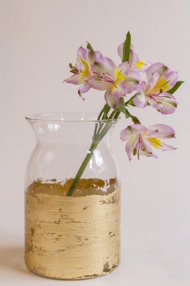 Как выглядят рукодельные подарки, интересные вашим близким: прозрачная ваза в сусальном золоте, под старину - как сделать