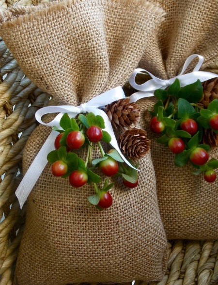 Как выглядят рукодельные подарки, интересные вашим близким: тематически оформленные мешки с подборкой самых вкусных конфет