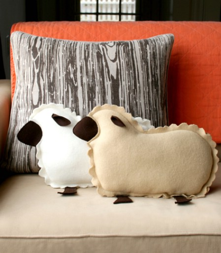 Как выглядят рукодельные подарки, интересные вашим близким: декоративные формовые подушки в виде овец