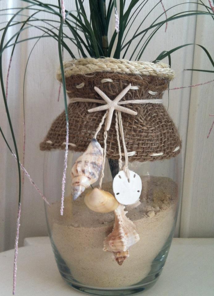 Как выглядят рукодельные подарки, интересные вашим близким: прозрачная ваза, украшенная элементами в морском стиле