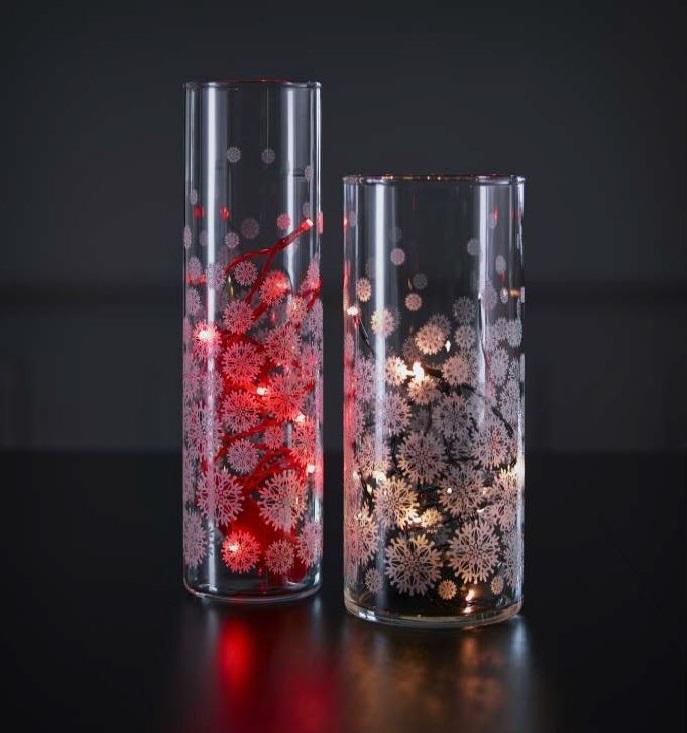 Как выглядят рукодельные подарки, интересные вашим близким: прозрачная ваза, украшенная кружевом