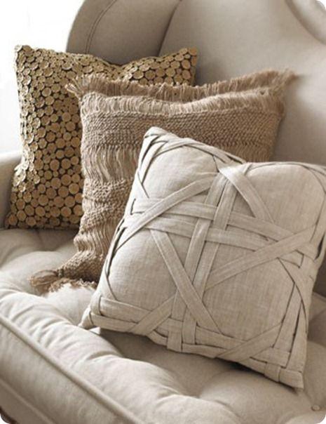 Как выглядят рукодельные подарки, интересные вашим близким: декоративные подушки и серии наволочек к ним - плетение из полосок ткани