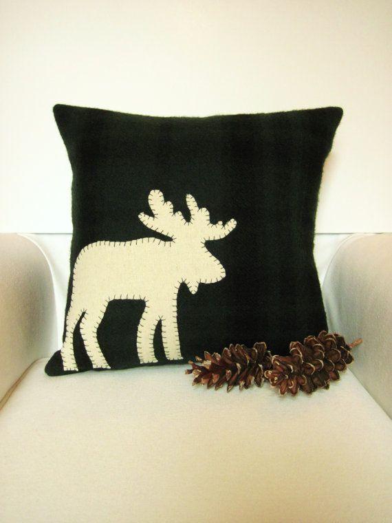 Как выглядят рукодельные подарки, интересные вашим близким: декоративные подушки и серии наволочек к ним - с нашитым лосем из фетра