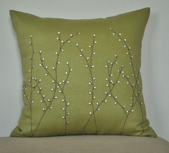 Как выглядят рукодельные подарки, интересные вашим близким: декоративные подушки и серии наволочек к ним - вышивка ветки с белыми бутонами