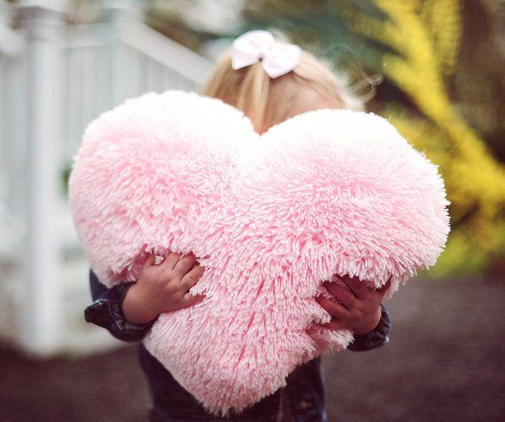 Как выглядят рукодельные подарки, интересные вашим близким: декоративные формовые подушки в виде пушистого сердца