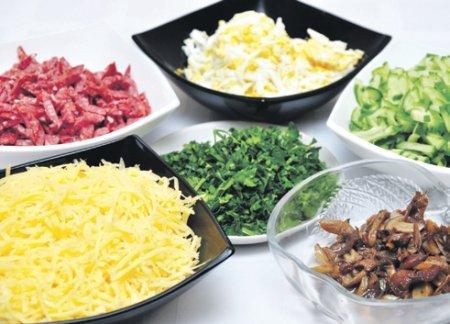 Как оригинально оформить салат в виде домика на весенней лужайке